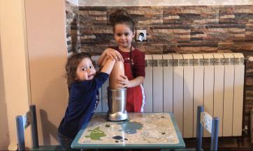 Ana i Matea prave šejk od pomorandži, banane i jagoda