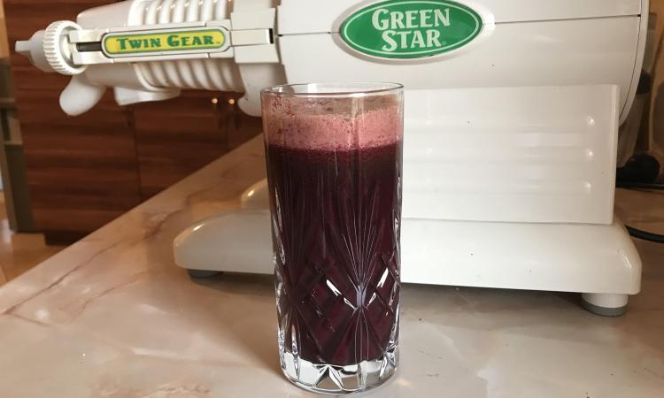 Ukusni sok od povrća i zelene kisele jabuke